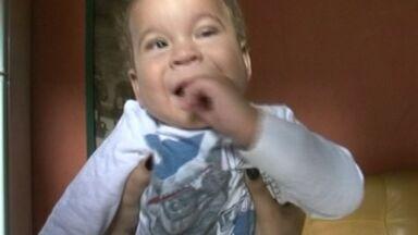 Mãe de bebê que nasceu com problema nos olhos procura cirurgia em Cachoeiro, Sul do ES - Filho foi cadastrado no Hospital Evangélico do município.