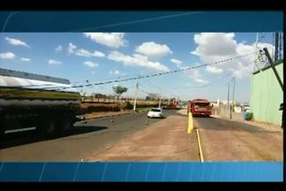 Caminhão bate em poste de energia e motorista fica preso dentro de veículo em Uberaba - Motorista realizava uma manobra quando causou o acidente na manhã desta quinta-feira (4). Ninguém ficou ferido.