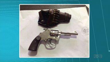 Revólver carregado é encontrado em mochila de criança de 2 anos - Irmão de 20 anos de idade seria o dono da arma. Ele chegou a ser preso, mas foi liberado após pagar fiança.