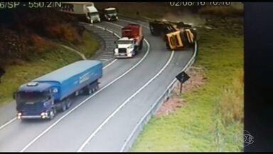 Câmeras de segurança flagram tombamento de caminhão na BR-116 - O caminhão tomou numa curva. Um dos ocupantes chegou a ser arremessado para fora do caminhão.