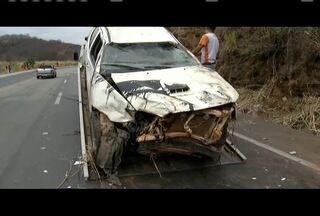 Caminhonete capota e deixa dois feridos na BR-116, em Mathias Lobato - Motorista diz que óleo na pista causou acidente; ele não se feriu.