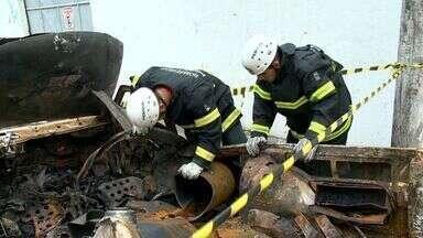 Bombeiros recolhem material para investigar causas de explosão de um carro em Vitória - Explosão aconteceu em Maruípe na tarde dessa quarta-feira (3). Uma mulher teve cortes causados por estilhaços de vidro de uma janela.