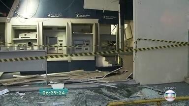 Bandidos explodem caixas eletrônicos na Zona Norte da capital - Os bandidos usaram dinamite para explodir os caixas eletrônicos na agência no Tremembé e levaram o cofre com o dinheiro.
