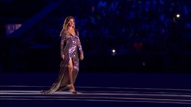 Gisele Bundchen desfila ao som de Tom Jobim, na Abertura da Rio 2016 - Gisele Bundchen desfila ao som de Tom Jobim, na Abertura da Rio 2016