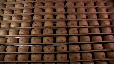 Dono de laticínio em Santa Catarina investe na produção de queijos finos - O filho de um pequeno produtor de leite se transformou num dos maiores fabricantes de queijo do Brasil. O laticínio recebe leite de centenas de famílias e se tornou referência na região.