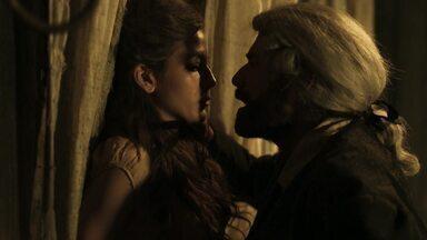 """A Lenda do Mão de Luva - Episódio 4 - 'Quem dá mais' - Mão de Luva entra em leilão pela virgindade de Gironda e é surpreendido por """"amiga"""" de longa data."""