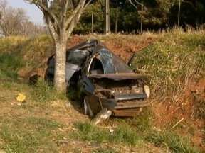 Homem morre após carro colidir contra árvore - Acidente foi neste domingo (7), em Martinópolis.