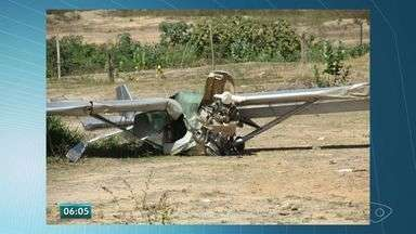 Avião monomotor cai após decolar e duas pessoas ficam feridas no ES - Um familiar disse que o piloto fraturou o tornozelo e o passageiro, a costela.Polícia Militar informou que o avião perdeu a potência do motor e caiu.