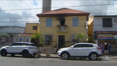 Polícia investiga motivo do incêndio em casa de jornalista no interior do estado - O incêndio atingiu o andar superior da casa, em Feira de Santana.