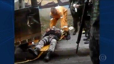 Carro da Força Nacional entra por engano na Vila do João e é atacado - Agentes erraram caminho e foram recebidos a tiros. Ônibus com jornalistas é atacado a pedradas.