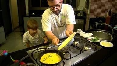 """Argentino vai usar gastronomia para ensinar língua espanhola - Para comemorar o dia dos pais, Sebastian chama o filho Lorenzo para cozinhar um omelete. Na oficina """"Aprenda Espanhol Cozinhando"""" ele vai ensinar a fazer alfajor e empanada."""