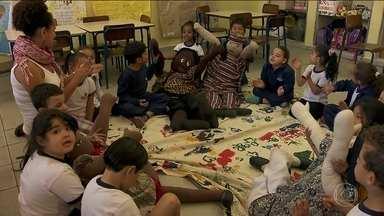 História de Nelson Mandela inspira luta contra o preconceito de alunos de EMEI da capital - Os pais, os alunos e os professores foram para a rua e até fizeram um abaixo assinado para mudar o nome da escola de educação infantil do Bairro do Limão, na Zona Norte da capital. Agora, a escola chama EMEI Nelson Mandela.
