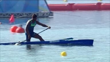 Brasileiro compete a final da canoagem na terça-feira (14) - O baiano Isaquias Queiroz completou os mil metros do C-1 em primeiro lugar, com três minutos e cinquenta e nove segundos.