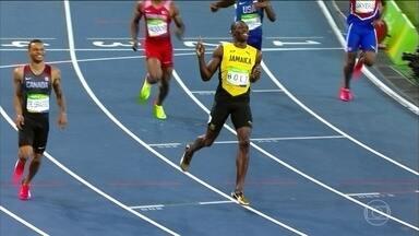 """Usain Bolt """"desfila"""" em nova prova no Estádio Olímpico do Rio - Usain Bolt chegou sorrindo ao lado de Andre de Grassi na segunda bateria da semifinal dos 200 metros rasos. O brasileiro Wagner Domingos está na final do Lançamento de Martelo."""