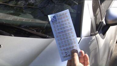 Multa moral ajuda a conscientizar motoristas que estacionam de forma irregular - O objetivo é fazer com que o motorista sinta constrangimento quando param em vagas que não têm direito.