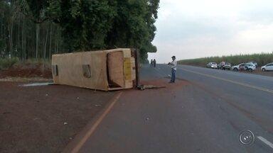 Acidente entre carro e ônibus deixa feridos em Florínea - Uma colisão entre um carro e um ônibus de trabalhadores rurais deixou duas pessoas feridas na tarde de quarta-feira (17), na Rodovia Miguel Jubran, em Florínea (SP).