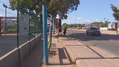 Passageiros cobram mais abrigos de ônibus em Macapá - A falta de abrigos é um problema que os passageiros de ônibus enfrentam diariamente em Macapá. Em alguns pontos da cidade os que existem estão quebrados. A construção de novas paradas e a reforma das antigas é uma cobrança da população.