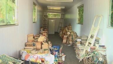 Pedagogo cria biblioteca para incentivar leitura em comunidade no AM - Local recebe doação de livros, em Manaus.