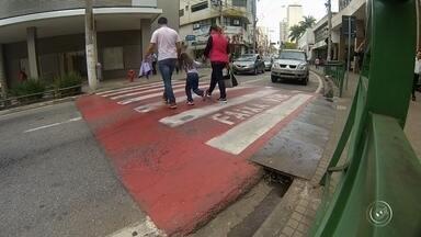 Pedestres ignoram passarelas e correm riscos nas rodovias de Sorocaba e região - Todos os dias têm pedestres em risco em ruas, avenidas e nas estradas. No estado de São Paulo, o atropelamento de pedestres é a segunda maior causa de mortes no trânsito. Porém, tem pedestre de Sorocaba e região que se coloca em risco mesmo perto de faixas e passarelas.