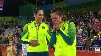 Ághata e Bárbara comemoram a prata no vôlei de praia - As brasilerias perderam a final olímpica para a dupla alemã Ludvig e Valkenhorst.