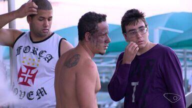 Torcedor do vasco fica ferido ao ser atingido por um sinalizador na chegada do time ao ES - O time carioca chegou na tarde desta sexta-feira (19) no aeroporto de Vitória.