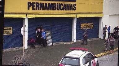 Criminosos invadem loja de departamentos e fazem funcionários reféns - Grupo foi surpreendida pela polícia ao tentar sair do local.