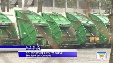 Trabalhadores da coleta de lixo estão em greve em São José - Eles reclamam das condições de trabalho dadas pela empresa contratada pela Urbam.