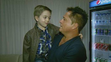 Fã de 5 anos encontra cantor Leonardo durante Festa do Peão de Barretos - Felipe Marcondes de 5 anos é apaixonado pelo cantor desde os dois anos.