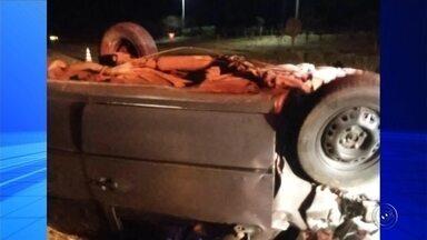 Soldador morre após carro bater em carreta canavieira em Monte Aprazível - Um soldador de 45 anos morreu após bater o carro em uma carreta canavieira, na madrugada deste sábado (20), na rodovia João Pedro Rezende, que liga Monte Aprazível (SP) a Nipoã (SP).