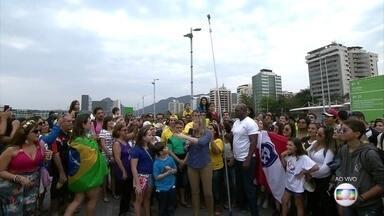 Dani Calabresa bate 'recorde de pau de selfie' no Parque Olímpico - Confira!