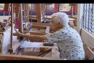 Idosa de 90 anos se dedica à arte da tecelagem em Uberlândia - Dona Geralda mantém viva a tradição da tecelagem desde a adolescência.São mais de 60 anos dedicados em transformar algodão em linha em peças de decoração.