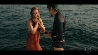 Vicente se declara e pede a mão de Isabela em casamento - O jovem se exibe na frente de todos e faz o pedido durante passeio em alto mar