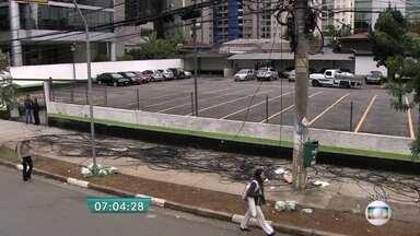 Fios na calçada atrapalham a circulação de pedestres na Vila Olímpia - Por causa da grande quantidade de fios que cobrem a calçada da Rua Olimpíadas, na Zona Sul da capital, os pedestres precisam caminhar pela rua.