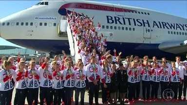 Em clima de vitória, equipe olímpica da Grã-Bretanha desembarca em Londres - Os atletas britânicos fizeram bagunça no avião. A alegria não é à toa. Eles conquistaram 67 medalhas. Ficaram atrás apenas dos Estados unidos e à frente da China.
