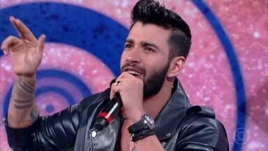 """Gusttavo Lima canta """"Que pena que acabou"""" no palco do Caldeirão - O cantor anima a plateia com música nova"""