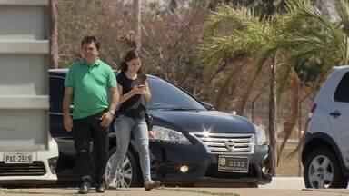 Carro oficial do Senado é flagrado levando pessoas para passear no Palácio Alvorada - O veículo está a serviço da senadora Ângela Portela, no PR-RR. Ela não quis falar sobre o assunto.