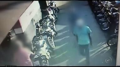 Adolescente suspeito por roubo é apreendido em Jaú - Um adolescente, de 17 anos, foi apreendido na noite de segunda-feira suspeito por participar de um roubo a uma loja de motocicletas de Jaú (SP). A ação foi registrada por câmeras de segurança de estabelecimentos vizinhos.