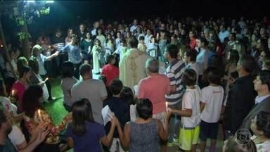Vizinhos homenageiam família encontrada morta em condomínio no RJ - A polícia apura se um homem matou a mulher e os dois filhos, depois se jogar pela janela do 18º andar, na Barra da Tijuca, na Zona Oeste da capital carioca. Vizinhos participaram, à noite, de uma homenagem à família.