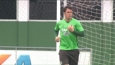 Kléber aparece para treinar, mas ainda é dúvida no Coritiba - Atacante, que já desfalcou o Coritiba contra o São Paulo, voltou ao gramado, mas não sabe se volta ao time para a partida desta quarta (31) contra o Vitória, pela Copa Sul-Americana