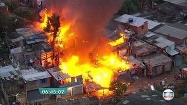 Incêndio atinge favela na Zona Norte da capital - O fogo alastrou-se rapidamente pelas casas da comunidade na Vila Brasilândia.