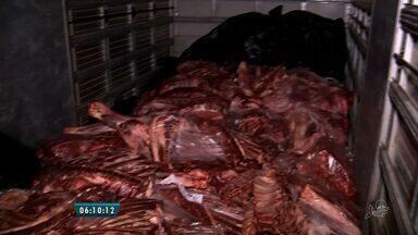 Polícia apreende mais de 2 toneladas de carne estragada em Sobral - Carne foi descoberta em uma blitz da PRE na CE-362.