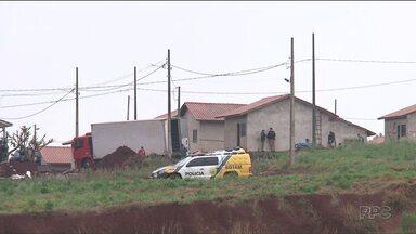 Foi concluída a reintegração de posse de um conjunto de casas em Realeza - Quem não tinha para onde ir, foi encaminhado para um centro de eventos da cidade.
