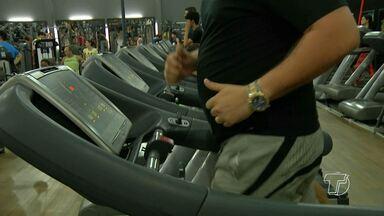 Nutricionista explica quais alimentos são indicados para perder gordura abdominal - Educador físico mostra como aliar exercícios com a dieta para perder e definir a barriga.