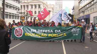 Em reunião com a APP-Sindicato, governo se compromete a negociar alguns pontos - O governo anunciou que vai realizar novos concursos públicos e que mais de trezentos professores que estão aguardando vagas, serão chamados.