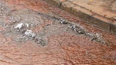 Moradores reclamam de vazamento de água no Setor Goiânia 2 - Eles dizem que já acionaram a Saneago, mas companhia ainda não fez os reparos.
