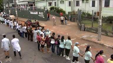 Pacientes e funcionários dão abraço simbólico no Hospital Araújo Jorge, em Goiânia - Unidade referência no tratamento de câncer enfrenta crise financeira.