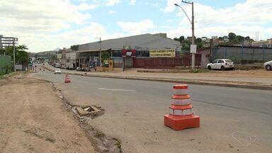 Buracos oferecem riscos a ciclistas e pedestres na rodovia José Sette em Cariacica, ES - Até meados do ano que vem, a rodovia José Sette ganhará ciclofaixa, acostamento e calçada cidadã.