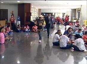 Servidores públicos em greve almoçam dentro da Assembleia Legislativa de Palmas - Servidores públicos em greve almoçam dentro da Assembleia Legislativa de Palmas