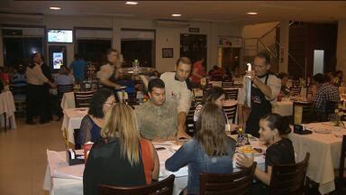 Bares e restaurantes empregam muitos garçons em Campina Grande - Profissão é impulsionada pelo setor da gastronomia.