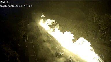 Novas imagens mostram inferno na BR-277 - Dois meses depois da tragédia com o caminhão carregado de etanol, sequência da imagem mostra fogo tomando conta da estrada. Família reclama da falta de apoio da empresa dona do caminhão-tanque.